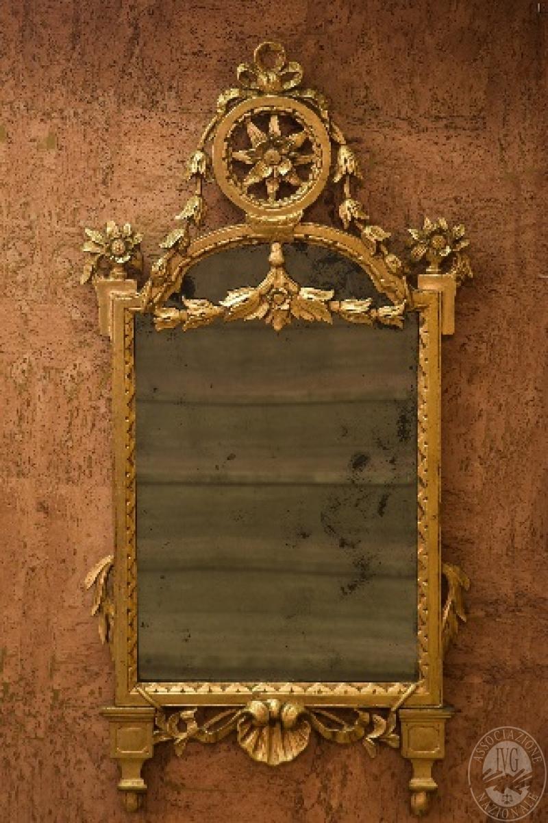 Specchiera dorata realizzata in legno di tiglio