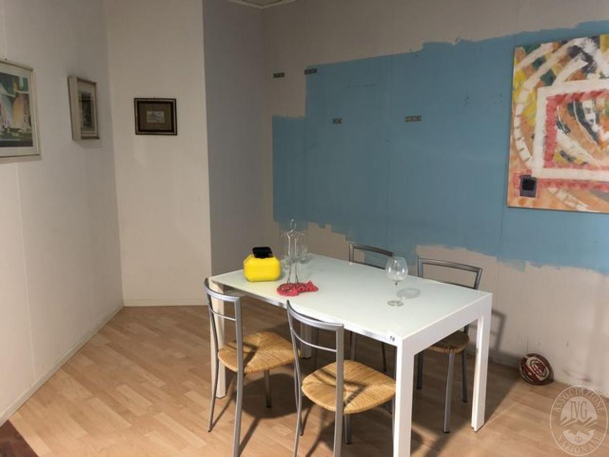 Tavolo da cucina con ripiano in ventro, 4 sedie in paglia e 4 quadri