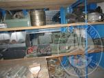 Immagine di Scaffale artigianale con ripiano in legno contenente materiale vario tra cui 16 contenitori in pvc a bocca di lupo con raccorderia varia a saldare, ghiere, e materiale da rottamazione