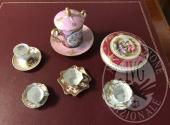 Lotto costituito da 4 tazzine con piattini, un cofanetto portagioie e una tazza con piattino in porcellana di Limoges