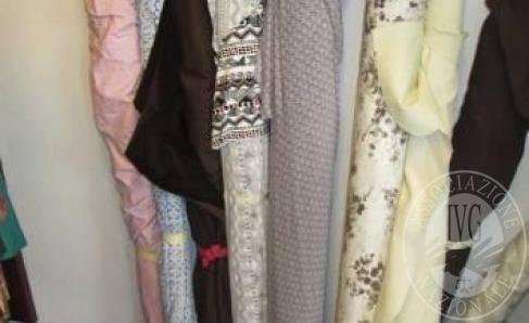 Immagine di Lotto 2: 45 rotoli di tessuto vario ( mt.200 di jersey di cotone, mt.150 di tessuto di cotone, mt.160 di lana 100%, mt.80 di viscosa, mt.60 di mussola di lana, mt.30 di lino, mt.30 di velluto, mt. 30 microfibra)