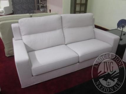 Divano tre posti rivestito in tessuto di colore grigio; divano due posti rivestito in tessuto di colore grigio